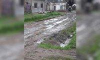 Una calle intransitable deja aislados a los vecinos