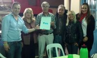 Flavio Álvarez y Claudia Juanes visitaron un centro de jubilados en Manuel Alberti