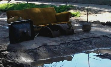Para clausurar una calle intransitable, vecinos armaron un