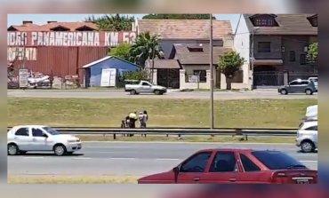 VIDEO: Una mujer con tres niños cruzó caminando la Panamericana y casi genera una tragedia