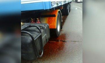 Camión derramó materiales peligrosos tras una colisión; hubo caos en el tránsito
