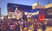Marcharon a la ANSES en reclamo de un bono para jubilados y beneficiarios de la AUH